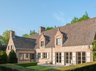 Deze ruime villa is gelegen in een zeer rustige straat in één van de meest gegeerde residentiële omgevingen in de rand van Brugge,