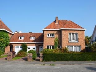 Deze halfopen woning is gelegen in het centrum van Sint-Andries, vlakbij centrum Brugge, expressweg, station, winkels, openbaar vervoer, scholen, ...