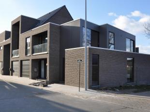 Deze halfopen woning (lot 15)  is gelegen op een kleinschalig woonerf op een rustige maar strategische ligging te Sint-Michiels.<br /> Gelegen vlakbij