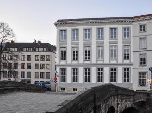 Dit zeer exclusieve dakappartement is gelegen op een toplocatie in hartje Brugge. Het contact op de Augustijnenrei vanuit de vele zongerichte ramen is
