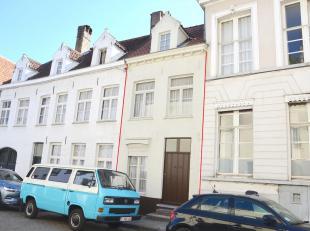 Deze charmante stadswoning met typische Brugse uitstraling is gelegen op een rustige locatie in hartje Brugge.  De Spinolarei en de St.-Walburgakerk l