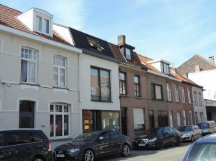 Volledig nieuw duplex-appartement met op 1e verdieping : inkomhall, living met halfopen volledig ingerichte keuken (samen 40m²), berging, mooi te