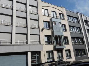 Instapklaar appartement met een centrale ligging nabij stad en winkels op de 2de verdieping Het appartement heeft een mooie, lichtrijke living met ing