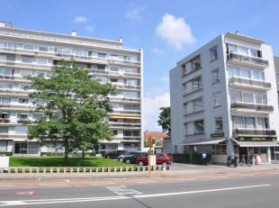 Mooi, luchtig en lichtrijk hoekappartement op wandelafstand van het centrum van Brugge. Met een living (parket), eetkeuken, 3 slaapkamers, terras, bad