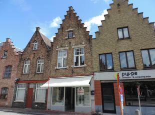 Deze handelsruimte/kantoorruimte is gelegen in de Katelijnestraat te Brugge, vlakbij belangrijke invalswegen, de Ring, station, openbaar vervoer, toer