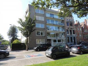 Dit appartement op de derde verdieping, gelegen op een prachtige locatie aan het Stil Ende, beschikt over een ruime inkomhal met inbouwkasten, een rui