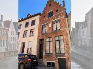 Deze statige herenwoning met trapgevel en 3 traveeën (en die dateert uit de 17e Eeuw) is gelegen in een van de meest pittoreske straten in hartje