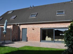 Deze ruime 3-slaapkamer woning (153m² bewoonbare oppervlakte) bevindt zich in Koolkerke, in een rustig gebied maar toch is er een gemakkelijke en