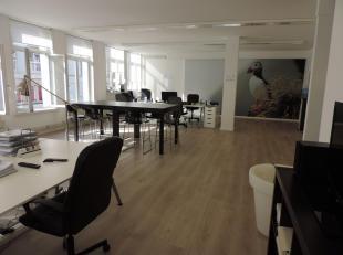 Kantoorruimte gelegen op de 1ste verdieping met een oppervlakte van ongeveer 150 m². De kantoorruimte is onderverdeeld in een grote kantoorruimte