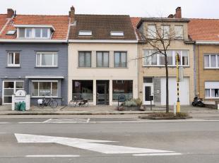 Deze uiterst ruime en aangename woning met 3 slaapkamers, beschikt over een gelijkvloerse handelsruimte van ongeveer 35 m² waarbij het mogelijk i