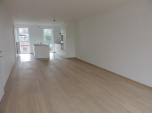 Nieuwbouwappartement op de 1ste verdieping met een ruime living met open ingerichte keuken voorzien van alle inbouwtoestellen, 2 slk's, waarvan 1 met