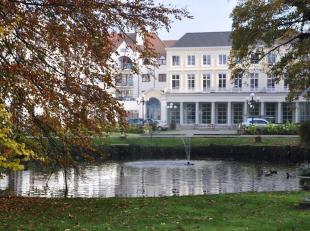 Service flat in Centrum Brugge in de prachtige residentie Ten Eeckhoute met parktuin. Het appartement heeft een living met ingemaakt TV meubel, kitche