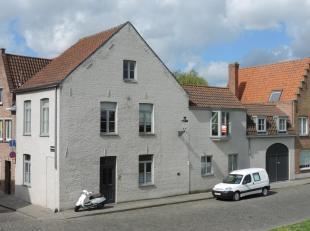 Zeer ruime hoekwoning op unieke ligging in Brugge met zicht op de molens. De woning beschikt over een inkom, toilet, ruime living, ingerichte keuken,