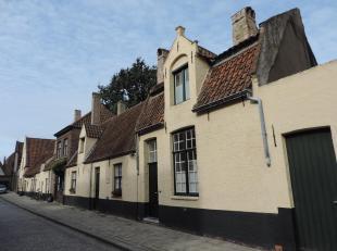 Charmante woning in hartje Brugge met 1 ruime slaapkamer en 1 kleine kamer, badkamer, terras/koer - rustieke haard in eet- en zithoek. EPC 644 kWh/m&s
