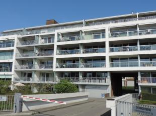 Gemeubeld appartement op de 1ste verdieping met ruime living, ingerichte keuken, mooi, zonnig terras voor- en achteraan, 1 slaapkamer met badkamer, 1