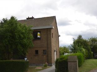 Deze halfopen woning is gelegen in een rustige kindvriendelijke woonwijk in Zwankendamme.<br /> Op het gelijkvloers bevindt zich inkomhal, ruime leefr