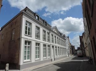Volledig instapklaar recent appartement in centrum Brugge, zonnige, ruime living met open ingerichte keuken en zonnig terras, keukenberging, 2 slaapka