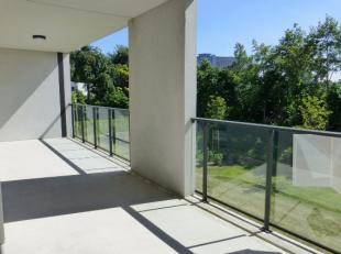 Dit recent, rustig en vooral lichtrijk appartement is gelegen op de 1ste verdieping en beschikt over een inkom, zeer lichtrijke living met open ingeri