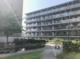 Dit moderne en recent gebouwde appartement vinden we terug op de 5de verdieping (lift aanwezig) wat u uniek uitzicht biedt over het Brugse Stationsple