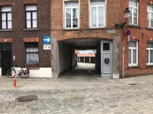 Deze gesloten garagebox vindt u dicht bij het centrum van Brugge, alsook dicht bij de ring van Brugge.<br /> De gesloten garagebox is gelegen in een v