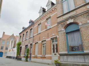 Deze uiterst charmevolle woning vinden we terug op een unieke ligging in het historisch kloppend hart van Brugge, namelijk het Onze-Lieve-Vrouwe-Kwart