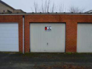 In de Raadsherenlaan, dewelke gelegen is in de Malehoekwijk te Sint-Kruis, vinden we deze gesloten garagebox terug.<br /> De garage meet volgende afme