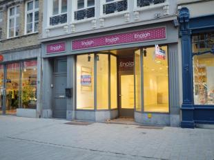 Dit handelspand vinden we terug in 1 van de 2 belangrijkste winkelstraten van centrum Brugge.<br /> De winkelruimte is zeer knap en karaktervol ingeri