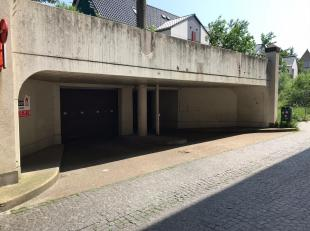 In het gekende Rijke Pijnder garagecomplex, gelegen in de Elisabeth Zorghestraat te Brugge vinden we deze gesloten garagebox terug. Straten zoals de L