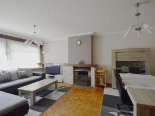 Dit zonnig appartement met mooi groen uitzicht vinden we op een rustige ligging net buiten centrum Brugge. Het bevindt zich op de 1ste verdieping (lif