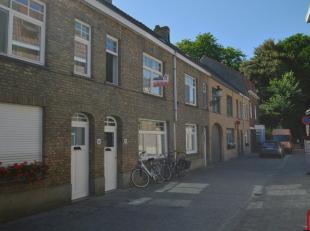Deze woning geniet van een centrale ligging  in Brugge, maar ook van de rust van een doodlopende straat.<br /> Via de inkom komen we  in de ruime  woo