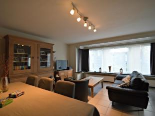 Dit zeer mooi en rustig gelegen gelijkvloers appartement vinden we net buiten Brugge. Het appartement bestaat uit een inkom met vestiaire kast, een ru