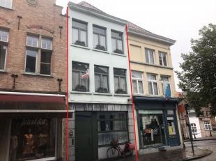 In het historisch hart van Brugge vinden we deze ruime woning terug. Deze unieke locatie zorgt ervoor dat scholen, winkels, restaurants, culturele hot