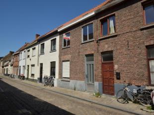 In een rustige zijstraat van de Langestraat vinden we deze woning terug. Via de inkom krijgen we toegang tot de woonkamer met aanpalend de ingerichte