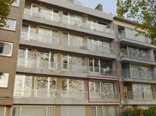Dit ruime appartement vinden we net buiten centrum Brugge terug. Het bevindt zich op de 1ste verdieping wat er voor zorgt dat u kan genieten van een g
