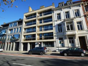 Dit ruime appartement bevindt zich net dicht genoeg bij het kloppend hart van Brugge om alles binnen handbereik te hebben, maar toch ver genoeg om te