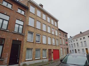 Op deze rustige ligging doch centraal gelegen vinden we dit knus appartementje op de tweede verdieping van residentie Astrid terug. Het appartement be