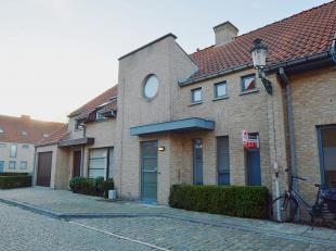 Binnen de ring van Brugge, vinden we deze instapklare woning terug in een rustige buurt. Winkels, het centrum, groene zones, je vindt het allen op wan