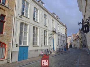 In het meest bruisende deel van Stad Brugge vinden we deze mooie studio terug. Deze duplex studio bevindt zich op de gelijkvloerse verdieping en aan d