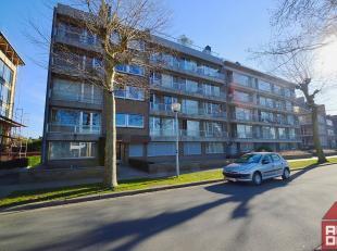 Dit ruime gelijkvloers appartement vinden we net buiten centrum Brugge terug, meer specifiek in het rustige Kristus Koning. De ligging langs de Maria