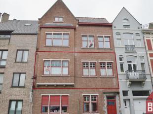 Dit karaktervolle appartement vinden op wandelafstand van centrum Brugge, ook de ring vinden we net achter de hoek terug. De inkom geeft ons toegang t