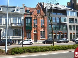 Aan de rand van Brugge vinden we deze prachtig gerenoveerde woning terug. Luxe, hoge plafonds, ruimte, licht, strakke afwerking en details zijn de ker