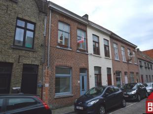 Deze mooie en recent gerenoveerde rijwoning vinden we terug in centrum Brugge. Parken, winkels, scholen, ... vinden we allemaal dichtbij. De woning be