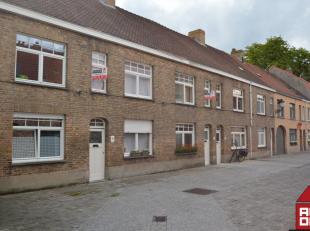 Deze woning geniet van een centrale ligging  in Brugge, maar ook van de rust van een doodlopende straat.<br /> Via de inkom komen we  in de ruime en l