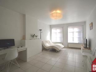 Dit appartement ligt in het centrum van Brugge, vlakbij de winkelstraten en de ring. De inkom geeft ons toegang tot alle ruimtes. De lichtrijke woonka