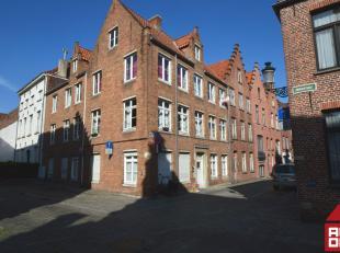 In hartje Brugge, op wandelafstand van alle winkelstraten, kunnen we dit appartementje terugvinden.  De inkom geeft ons toegang tot alle ruimtes. De w