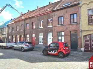 Deze woning vinden we terug in de Sint-Gillis wijk van Brugge. Het is er rustig wonen, maar toch bevindt het stadscentrum zich op wandelafstand. Deze