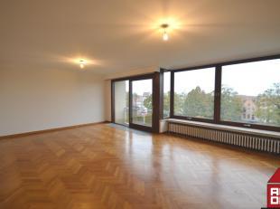 Vlakbij 't Stil Ende vindt u dit ruim appartement op het 4de verdiep terug, die recentelijk onder handen werd genomen. Via de inkomhal komt u terecht