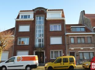 Dit appartement, op de 3de verdieping, bevindt zich in een rustig wijk aan de rand van het ei van Brugge. Het geniet van een goede verbinding met het