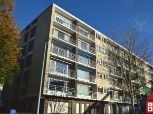 Net buiten de ring van Brugge vinden we in een doodlopende straat dit ruim en lichtrijk appartement op de 5de verdieping terug (lift aanwezig). Via de