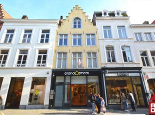Dit triplex-appartement is gelegen in het hartje van Brugge. De Noordzandstraat is een van de belangrijkste winkelstraten in het centrum. Op slechts m